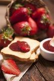 Закуска здравицы с вареньем клубники Стоковое Фото