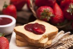 Закуска здравицы с вареньем клубники Стоковая Фотография