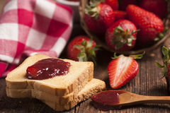 Закуска здравицы с вареньем клубники Стоковое Изображение RF