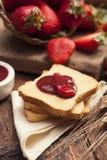Закуска здравицы с вареньем клубники Стоковые Фото
