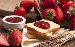 Закуска здравицы с вареньем клубники Стоковое Изображение
