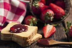 Закуска здравицы с вареньем клубники Стоковая Фотография RF
