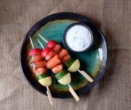 Закуска на деревянных протыкальниках от слегка посоленных семг, кипеть картошек, огурца и редиски Стоковое Изображение