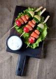 Закуска на деревянных протыкальниках от слегка посоленных семг, кипеть картошек, огурца и редиски Стоковые Фотографии RF