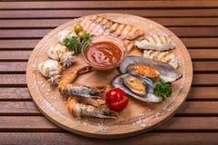 Закуска от морепродуктов - рыбы, каракатиц, креветки, мидии на древесине Стоковая Фотография RF
