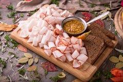 Закуска от пряного сырцового шпика свинины Утончите отрезанный с соусом мустарда стоковая фотография