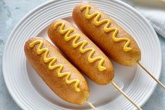 Закуска сосиски мяса горячей сосиски высококалорийной вредной пищи улицы corndog собаки мозоли традиционная американская с мустар Стоковые Фото