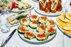 Закуска с красной икрой на праздничной таблице банкета Стоковые Изображения