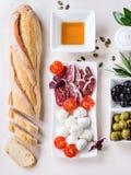 Закуска с оливками и хлебом Стоковые Изображения