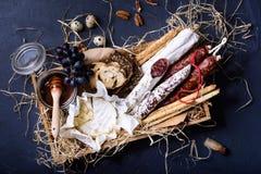 Закуска Antipasto подготовленная в деревянной коробке Взгляд сверху, задняя часть сини Стоковые Изображения