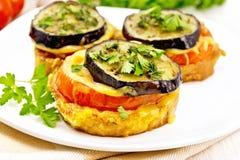 Закуска aubergines и сыра в плите на полотенце Стоковые Изображения