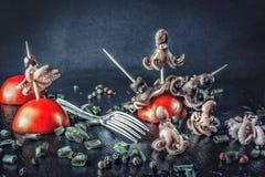 Закуска marinated осьминога и томатов против темного backg Стоковое фото RF