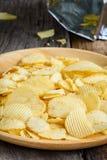 Закуски в деревянном блюде на таблице Стоковая Фотография
