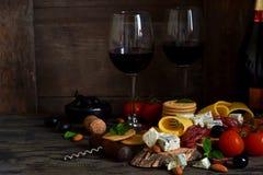 Закуски для вина: голубой сыр, оливки, салями деликатности стоковая фотография
