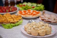 Закуски и еда на таблице шведского стола внутри помещения стоковая фотография rf