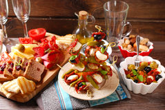 Закуски и antipasti на деревянном столе Стоковое Фото