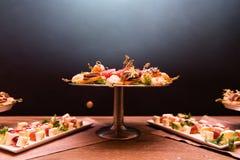 Закуски канапе на плите обедающего Стоковые Фото