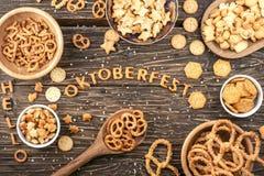 Закуски на деревянном столе Слово Oktoberfest сделанное из солёных шутих Стоковое Изображение