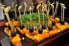 Закуски на протыкальниках с черными оливками стоковые изображения