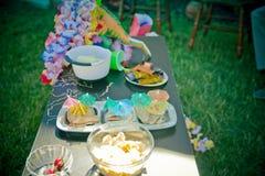 Закуски партии на таблице стоковые изображения rf