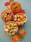 Закуски партии падения для здорового образа жизни: золотые изюминки, грецкие орехи, фундуки, фисташки Стоковое Фото