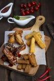 Закуски пива: крылья цыпленка, гренки рож, зажаренный сыр стоковая фотография rf