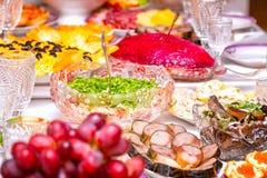Закуски, плоды, сэндвичи, салаты, икра и отрезать на таблице праздника стоковые фотографии rf