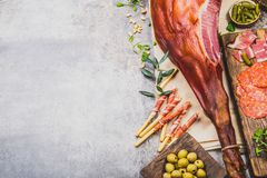 Закуски ставят на обсуждение с испанским иберийским всем serrano jamon ветчины, закусками, оливками и красным и розовым вином Пло стоковое фото