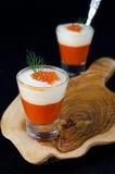 2 закуски сладостного перца, сливк и красной икры в стекле Стоковое Изображение