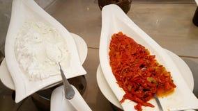 Закуски с зажаренными в духовке перцами в ресторане стоковые фото