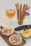 Закуски футбола с концепцией национальной команды русского положения квартиры флага поддерживая подготавливают для того чтобы наб стоковая фотография