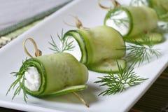 Закуски шведского стола: огурец свертывает с мягким сыром Стоковые Фото