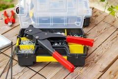 Заклепайте инструмент и заклепки различных размеров в ящике для хранения Стоковые Фото