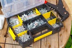 Заклепайте инструмент и заклепки различных размеров в ящике для хранения Стоковая Фотография RF