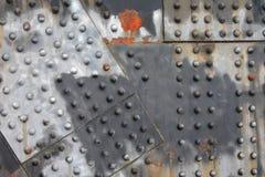 Заклепки и предпосылка прогона ржавчины горизонтальная промышленная стальная стоковое изображение rf