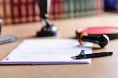 Заключите контракт ждать знак государственного нотариуса на столе стоковая фотография rf