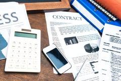 Заключите контракт документы, smartphone, калькулятор и детали дела стоковое фото rf