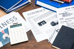 Заключите контракт документы, smartphone, калькулятор и детали дела стоковые изображения