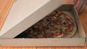 Заключительная картонная коробка с большой пиццей видеоматериал