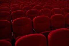 зала кино пустая предводительствует красные рядки Кризис в распределении фильма Стоковая Фотография