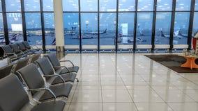 Зала международного аэропорта терминальная, взгляд авиаполя через окно, концепция перемещения Стоковые Фотографии RF