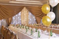 Зала приема по случаю бракосочетания с положенными таблицами Стоковое Изображение