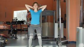 Зала спорт Девушка тренирует в спортзале сток-видео