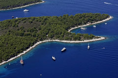 Заливы с шлюпками и яхтами на острове Hvar Стоковая Фотография RF
