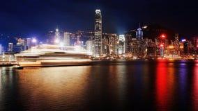 Залив большого города тонуть в огнях плавание парома на море Hong Kong Стоковое Изображение