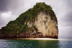 Залив Вьетнам Ha известковых скал длинный стоковая фотография