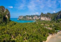 Залив в Krabi, залив скалы известковой скалы Ao Nang, Railei и Tonsai приставают Таиланд к берегу Стоковые Изображения