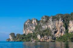 Залив в Krabi, залив скалы известковой скалы Ao Nang, Railei и Tonsai приставают Таиланд к берегу Стоковое Фото