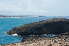 Залив и изрезанный бечевник Cueva del Indio стоковое фото rf