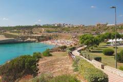 Залив моря, пляж и прибрежный парк Порту-Torres, Италия Стоковое Изображение RF